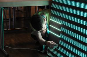 Luca repariert die Videowand