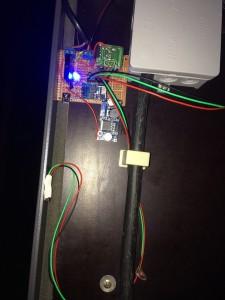 Im aktiven Einsatz. Die blaue ultrahelle LED signalisiert das eingeschaltete Relais (tagsüber schwer erkennbar, ob Beleuchtung an oder aus) und beleuchtet den Innenraum bei Nacht. Wenn die LDOs da sind, wird das Ganze in die Abzweigdose eingebaut.