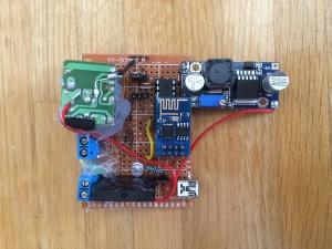 Stromversorgung im Testbetrieb über USB, im Normalfall jedoch mit 230V über das obere Schraub-Terminal. Das Untere ist der Relaisausgang.